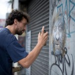 christian gumy c215 dans la rue face au mur
